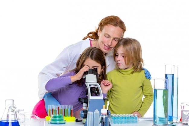 Girlas de crianças e mulher de professor no laboratório da escola