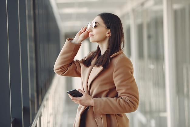 Girn em um óculos de sol use o telefone