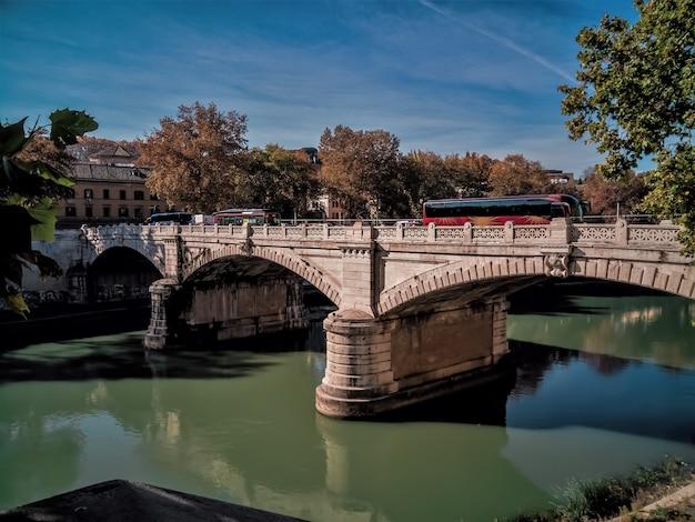 Giuseppe mazzini bridge no rio tibre, em roma itália