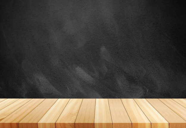 Giz apagado no quadro negro. mesa vazia de tábua de madeira na frente do fundo desfocado.