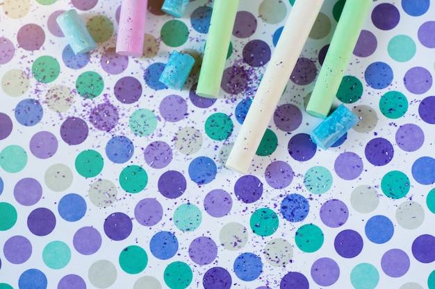 Giz colorido e pancil no fundo pastel