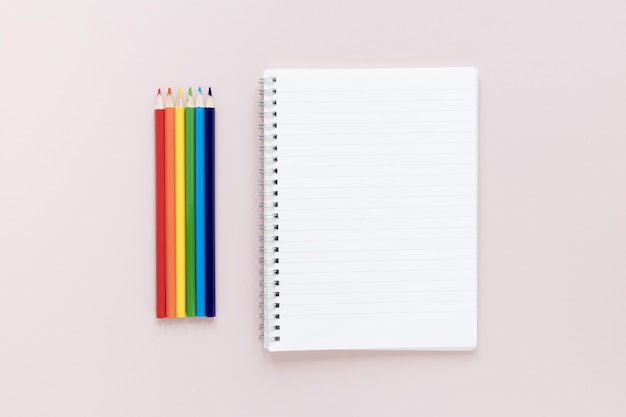 Giz de cera ao lado do caderno
