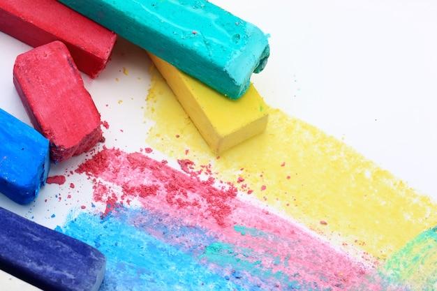Giz de cera colorido em um espaço abstrato colorido