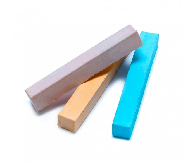 Giz em uma variedade de cores dispostas em um fundo branco