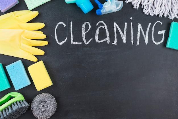 Giz escrito texto de limpeza com vários equipamentos
