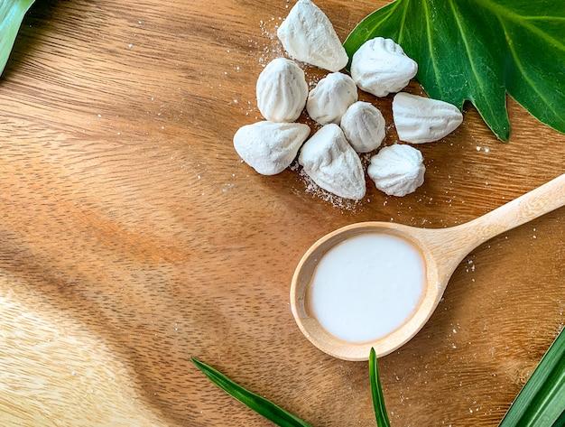 Giz macio-preparado ou enchimento de argila branca no assoalho de madeira