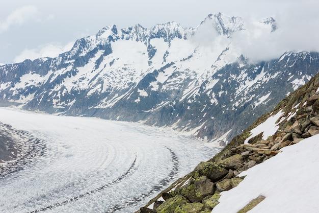 Glaciar great aletsch e vista nublada de verão no outono de gelo (bettmerhorn, suíça, montanhas dos alpes)