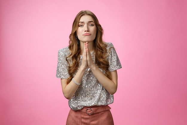 Glamour boba pegajosa mulher européia pedindo favor de amigo fazendo olhos de anjo implorando de mãos dadas pra ...