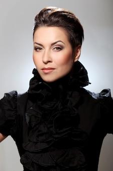 Glamour e morena linda com vestido preto