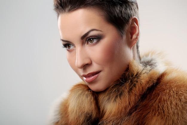 Glamour e morena linda e seu casaco de pele