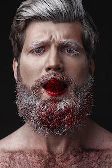 Glamour homem com lábios vermelhos e língua