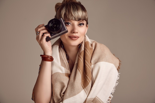 Glamour linda hippie loira mulher tirando foto na câmera