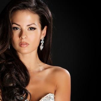 Glamour linda mulher com cabelo castanho de beleza