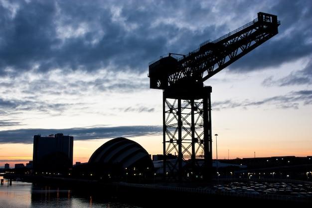 Glasgow - crane clydebank ao pôr do sol, perto do centro de ciências de glasgow
