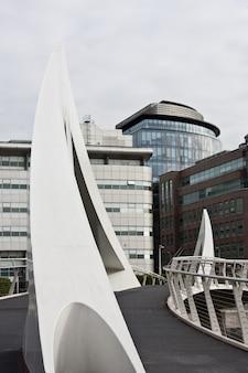 Glasgow: ponte pedonal de design moderno, perto do centro financeiro