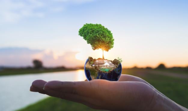 Globo da natureza disponível com o nascer do sol na margem do rio, conceito de csr