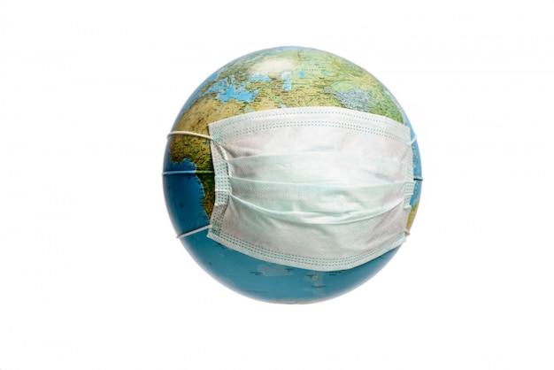 Globo da terra com máscara protetora