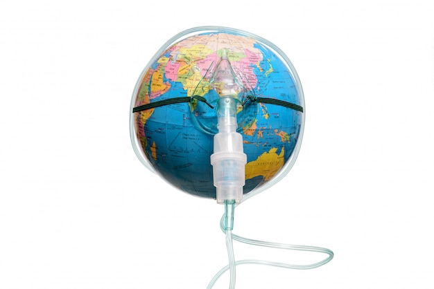 Globo da terra com uma máscara de inalador, isolado em um fundo branco. perigo epidêmico humano.
