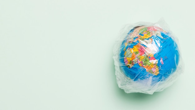 Globo de cópia-espaço coberto de plástico