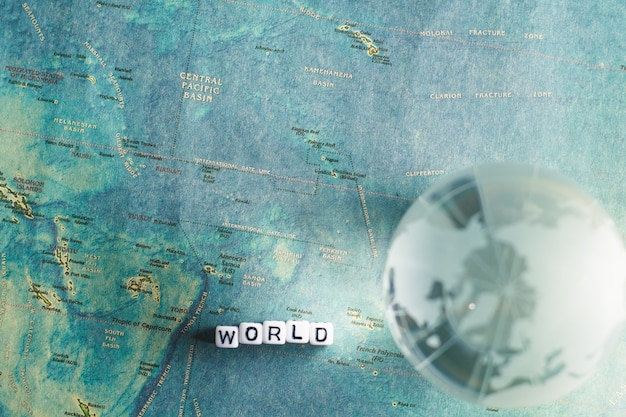 Globo de cristal e mapa do mundo com