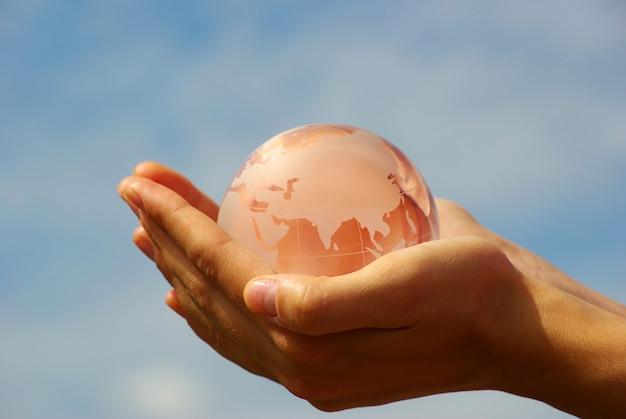 Globo de cristal nas mãos