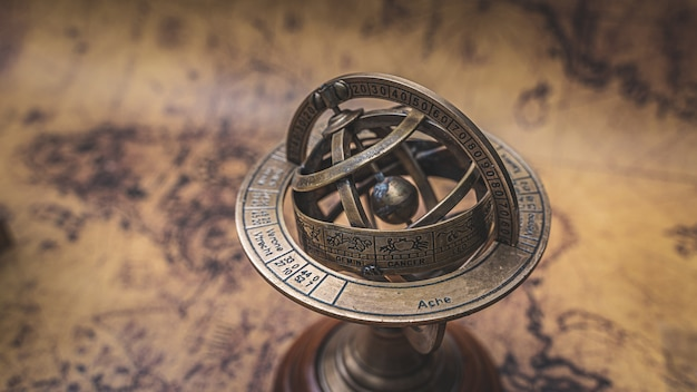 Globo de sinal de zodíaco de latão armillary vintage