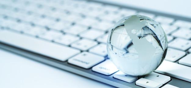 Globo de vidro e os negócios e economia mundiais do teclado
