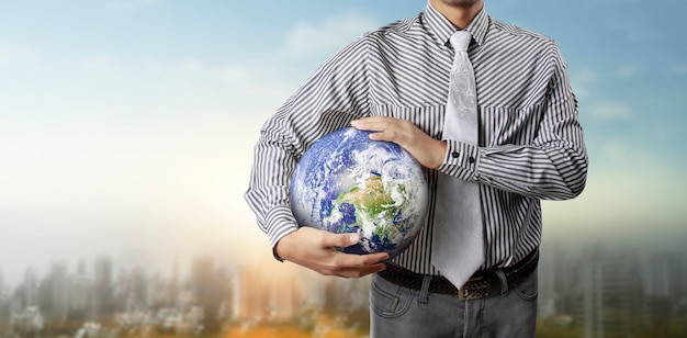 Globo de vidro na mão, conceito de economia de energia