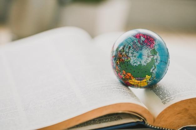 Globo do mundo no livro. conceito de escola de educação
