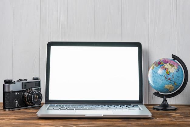 Globo e câmera perto do laptop