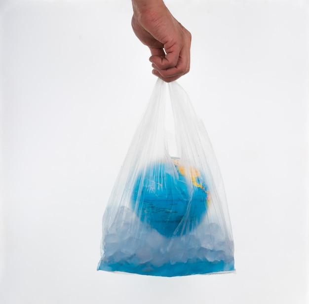 Globo e cubos de gelo em um pacote; dia do meio ambiente mundial