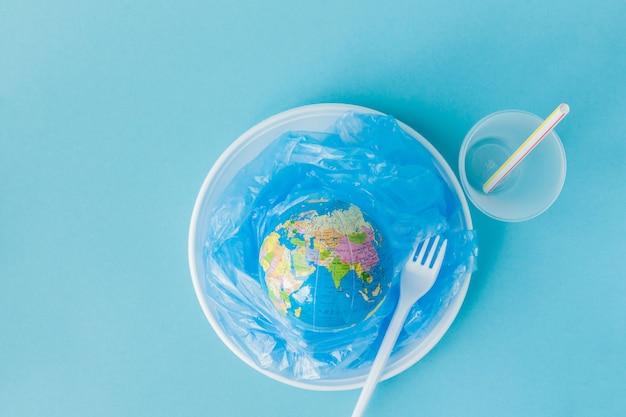 Globo em um prato de plástico no fundo azul