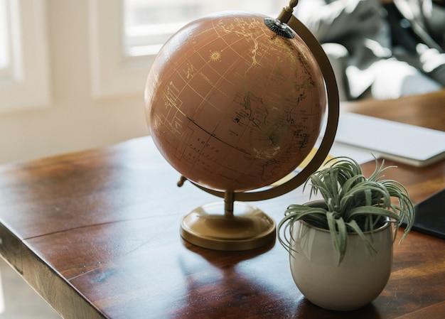 Globo em uma mesa de madeira