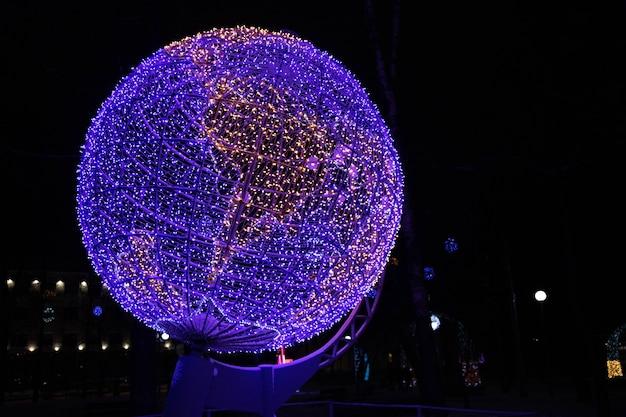 Globo, modelo da terra em luzes de néon à noite.