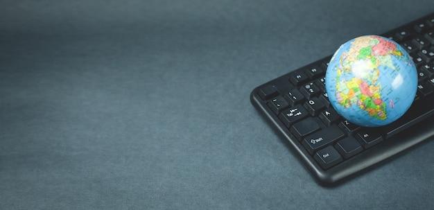 Globo no teclado do computador. rede global de computadores
