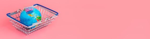 Globo pequeno em uma cesta de compras em um fundo rosa