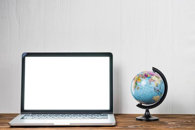 Globo perto do laptop