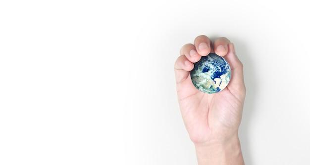 Globo, terra em mão humana, segurando nosso planeta brilhando.