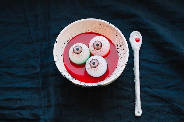 Globos oculares em prato com sangue falso