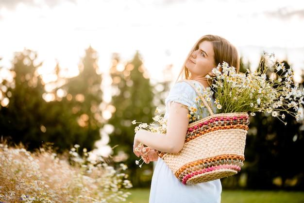 Glow sun. menina linda modelo em vestido branco correndo no campo, luz solar. mulher feliz livre. tons de cores quentes. foco seletivo, estilo de vida outono.