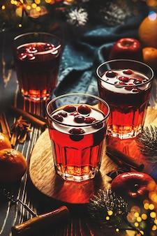 Gluttwein com cranberry na mesa festiva.