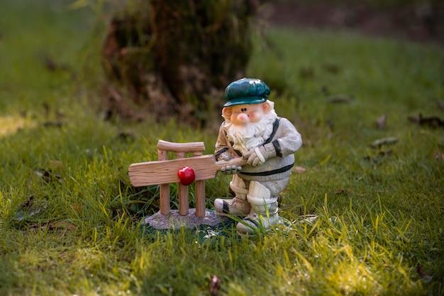 Gnomo de jardim com chapéu engraçado ao ar livre