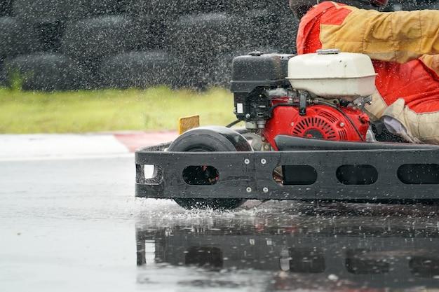 Go kart aumenta a velocidade com pneu de chuva na pista de corrida