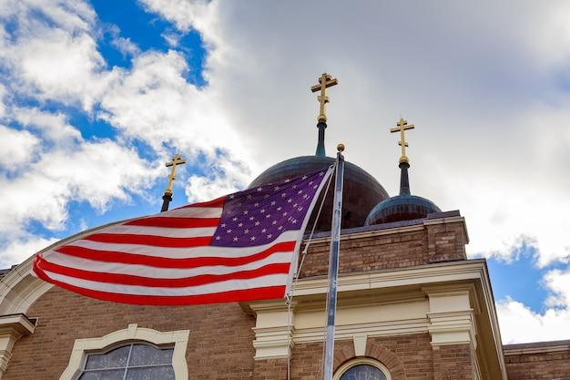 God bless america, bandeira americana e campanário de igreja linda, além de cristã