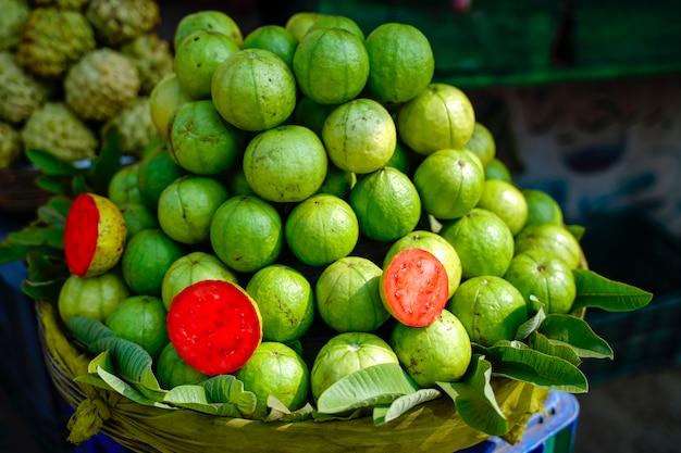 Goiaba fresca na loja de frutas