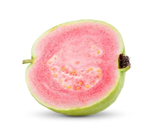 Goiaba meio rosa isolada no fundo branco