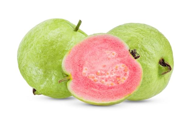 Goiaba rosa isolada no fundo branco