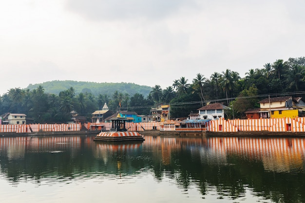 Gokarna, índia - março de 2019: casas indianas bonitas no lago sagrado koti teertha, no centro de gokarna