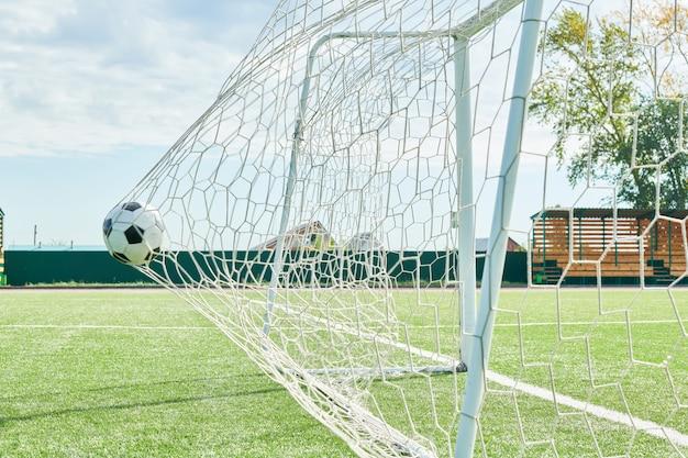 Gol de futebol em um dia ensolarado