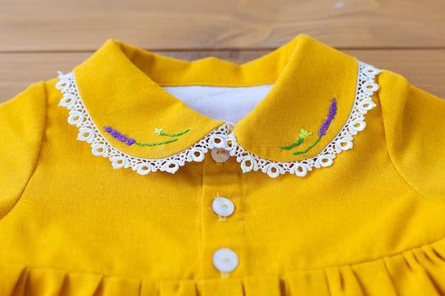 Gola de renda de um close-up de vestido infantil. padrão de bordado feito à mão. vestido de menina.